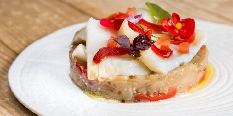 Salada diferente para restaurante, feito com  beringela e bacalhu