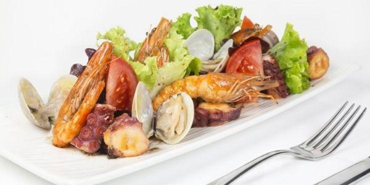 Saladas diferentes para restaurante, preparada com Frutos do mar