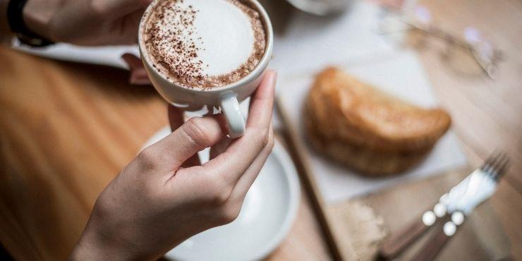 um café premium, um bom salgado e ambiente agradável, são detalhes que não podem faltar para quem está pesquisando sobre como montar uma cafeteria