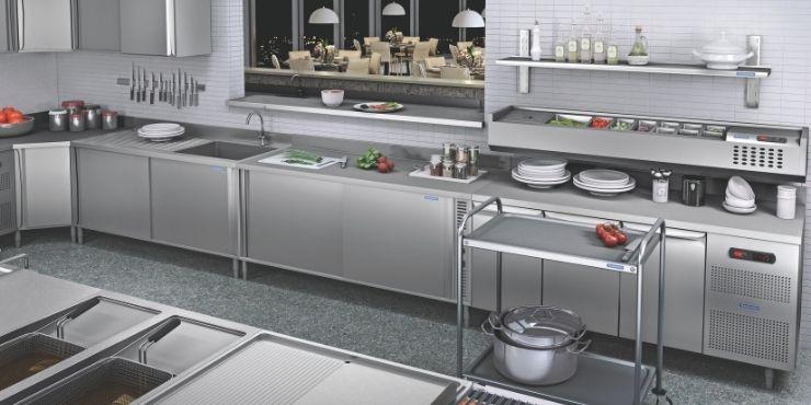 Mobiliário que compõem a linha de cozinhas profissionais Tramontina